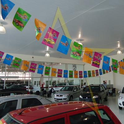 Decoração com fitilhos em lojas de automóveis - Lojas Atri Fiat Santos e São Vicente