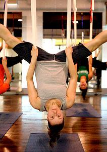 Aulas de circo e ioga antigravidade lotam academias nos Estados Unidos