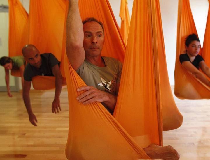 Praticantes flutuam com a ioga antigravidade
