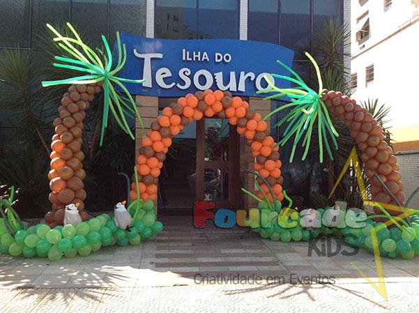 Cenário em balões no Buffet Ilha do Tesouro - niver tema Madagascar do Dante - Dra. Fabiana Addário