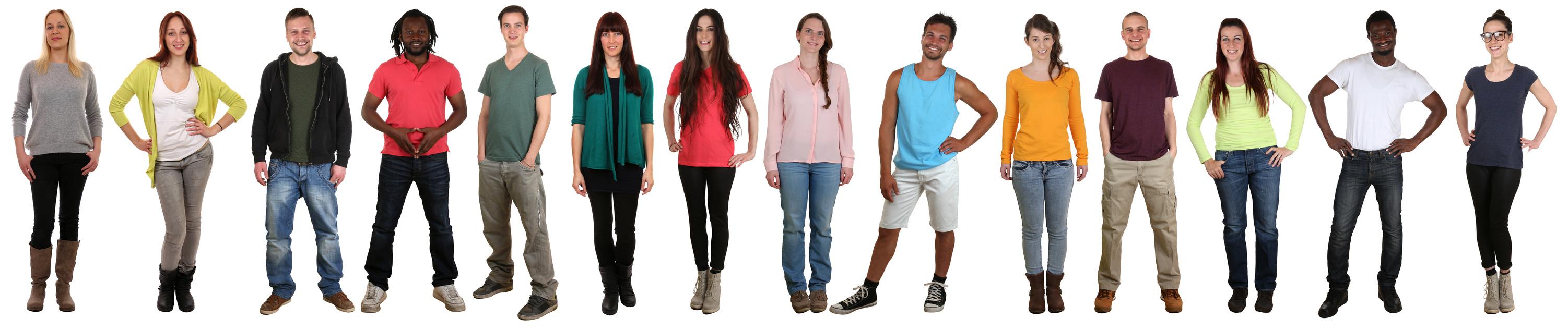 Lachen glücklich multikulturell Gruppe junge Menschen in einer Reihe freigestellt vor einem weissen Hintergrund